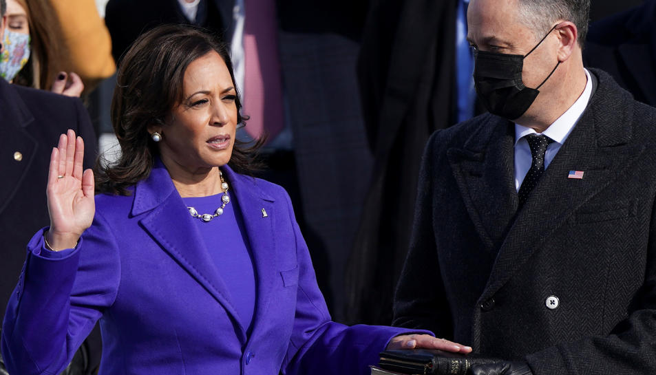 Kamala Harris és investida vicepresidenta dels Estats Units acompanyada del seu marit Doug Emhoff.