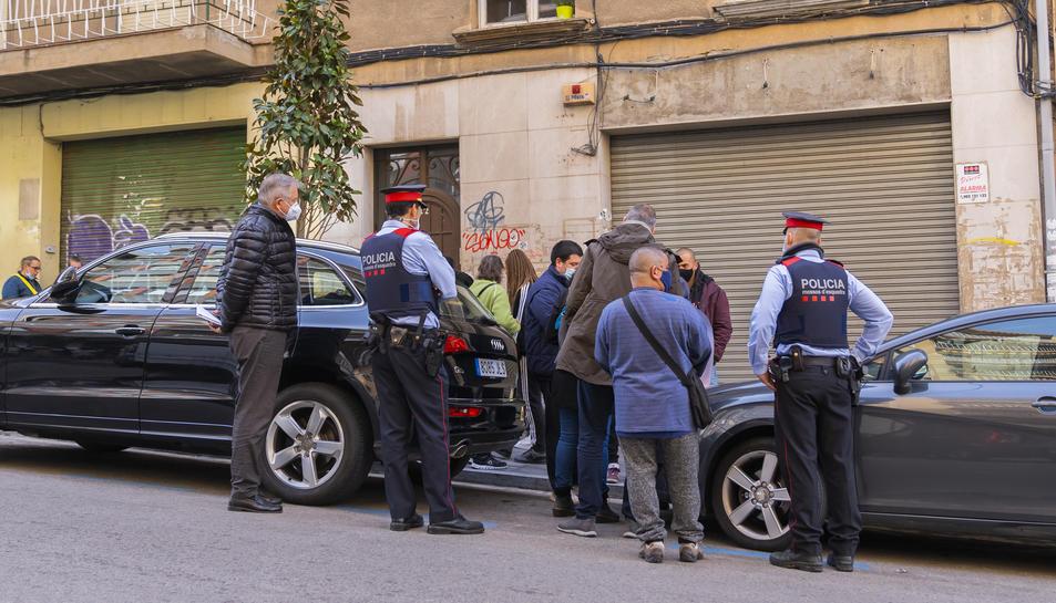 Moment del desnonament al carrer Mallorca de Tarragona que va acabar amb una entesa.