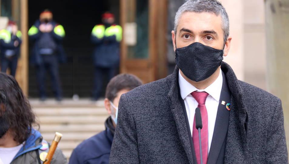 El conseller Bernat Solé amb Mossos d'Esquadra darrere desenfocats després de declarar al TSJC.
