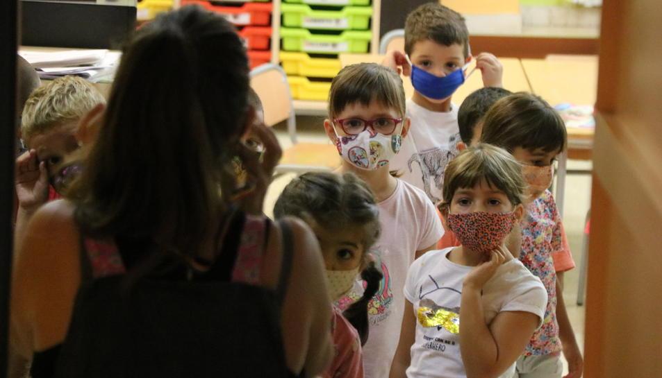 Un grup d'alumnes sortint de la seva classe amb les mascaretes posades a l'Escola Catalònia de Barcelona.