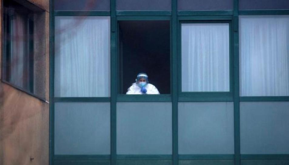Una treballadora sanitària, a la finestra d'una residència a Ourense.