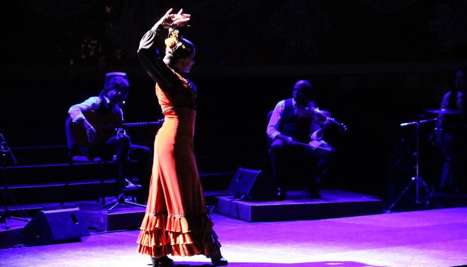 Pla general d'una 'bailaora' en la Gran Gala Flamenc.