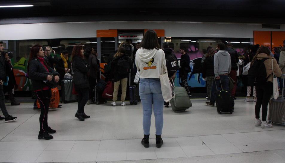 Passatgers esperant per entrar al tren el dia de la vaga general de Renfe.
