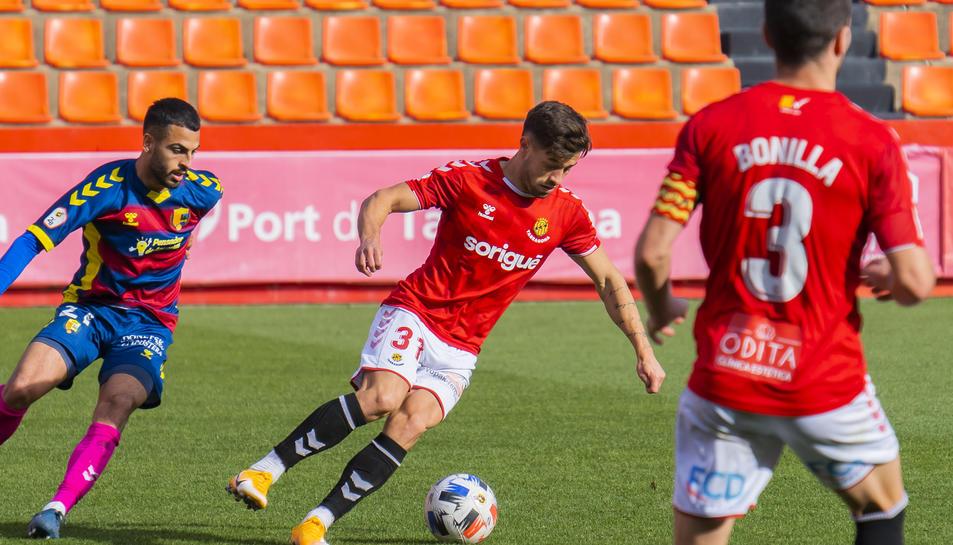 Joel realitza una acció durant el partit disputat entre el Nàstic i el Llagostera al Nou Estadi aquesta temporada.
