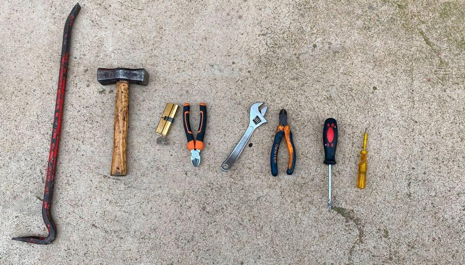 Imatge de les eines que va trobar la policia dintre d'una motxila.