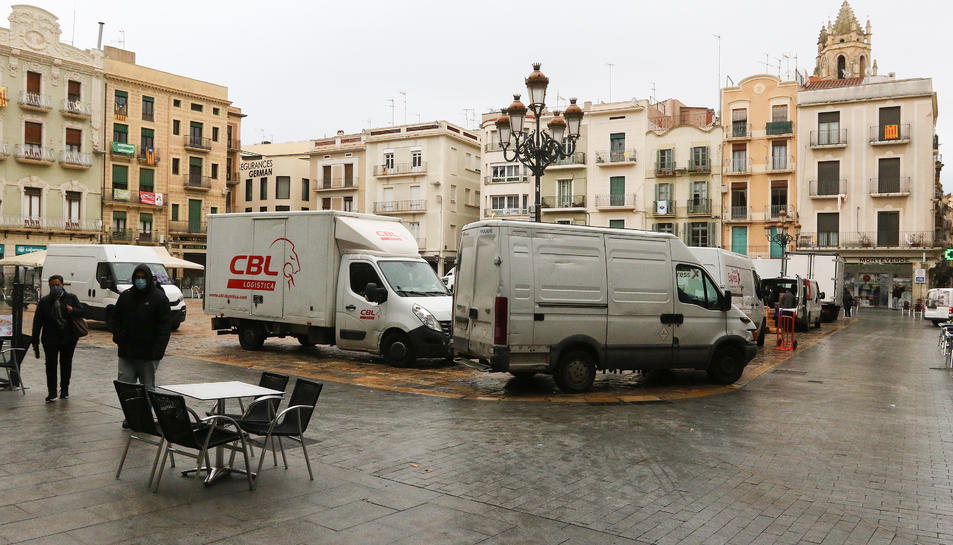 Camions s'acumulen al Mercadal a partir de les 10 h. perquè «és quan la majoria de locals obren».