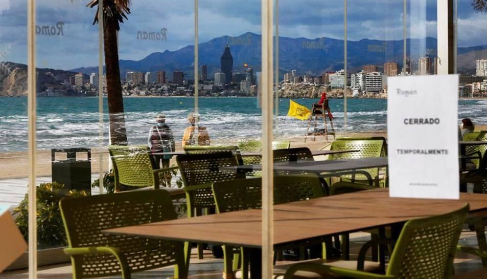 Un dels restaurants de la platja de Llevant de Benidorm tancat per les restriccions per covid.
