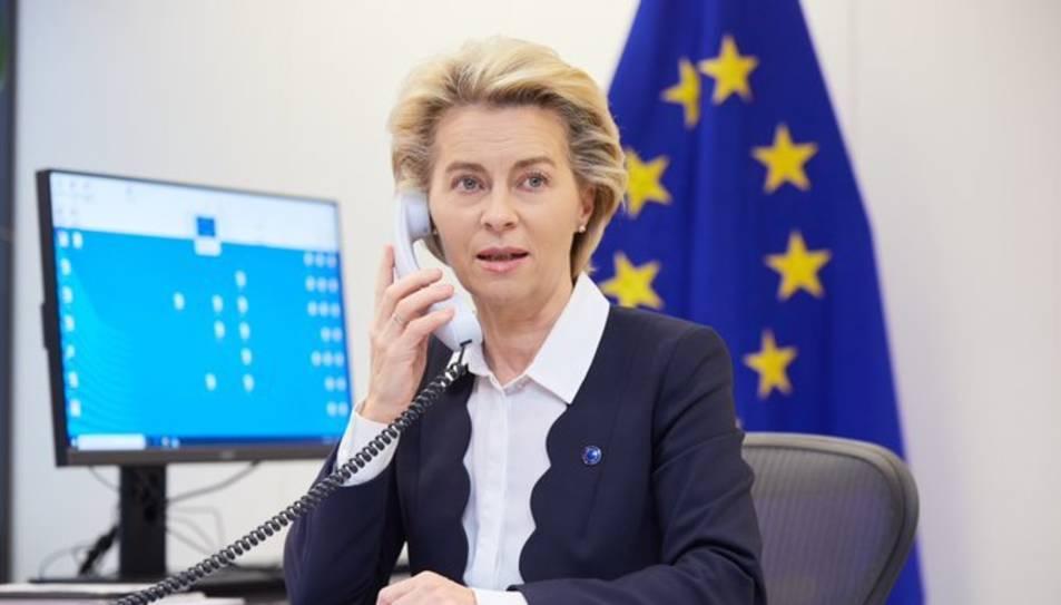 Imatge de la presidenta de la CE, Ursula von der Leyen, parlant per telèfon.