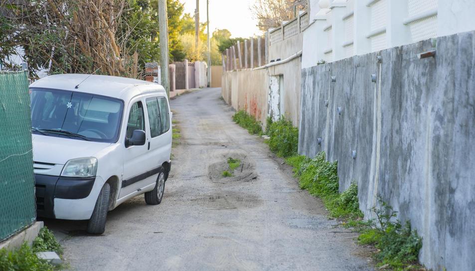 Imatge d'un dels carrers de la zona amb diferents clots que dificulten la circulació tant de vehicles com de vianants.