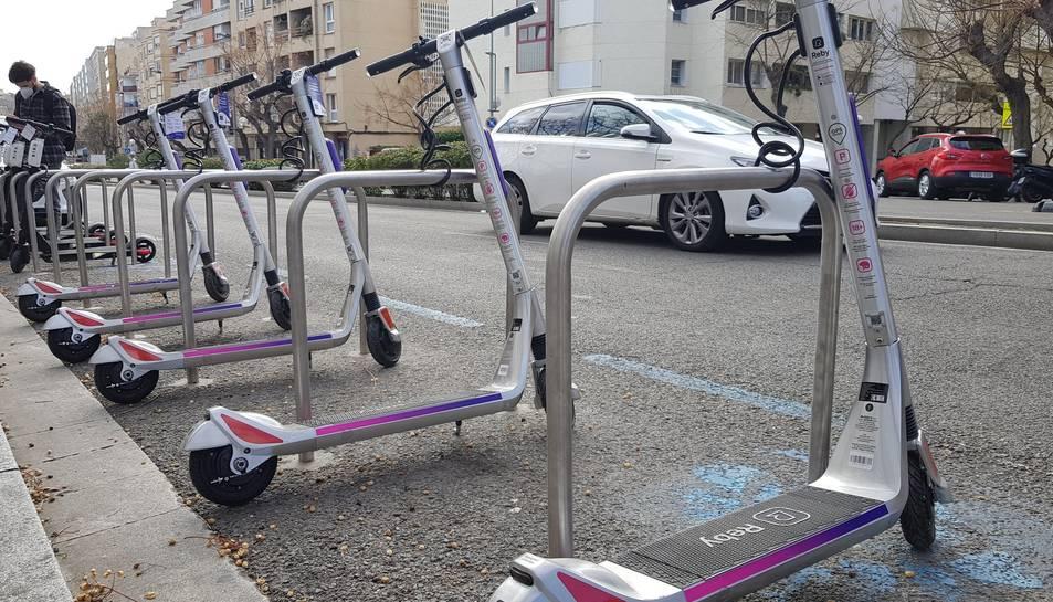 En total s'han instal.lat unes 50 estacions d'aparcament de bicis i patinets, que ofereixen 1.000 places arreu de la ciutat.