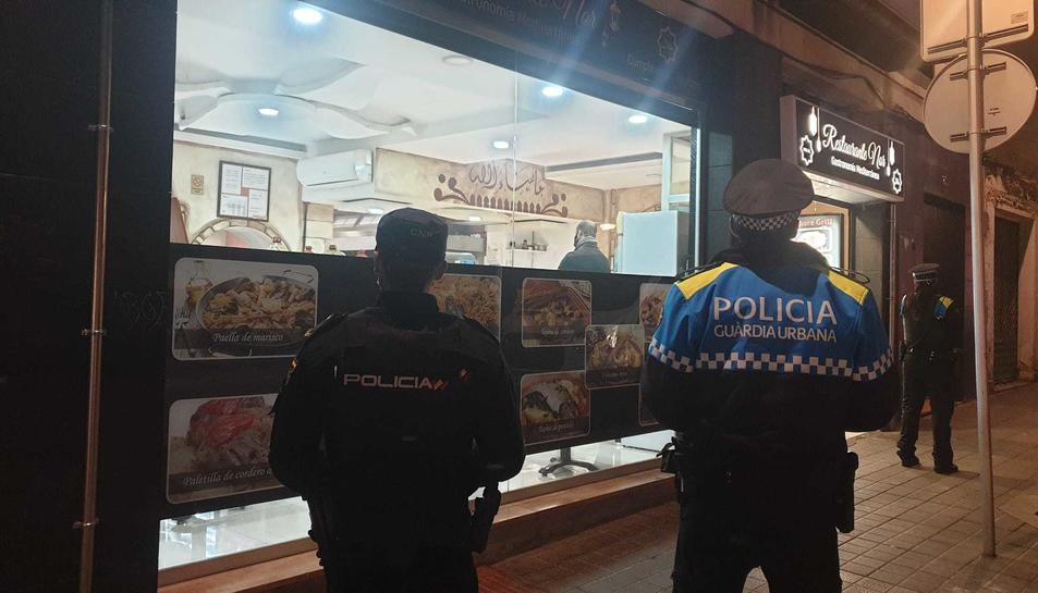 Imatge d'un agent de la Guàrdia Urbana de Reus i un de la Polica Nacional.