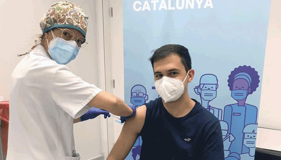 L'estudiant de Medicina de la URV Pau Oleguer, en el moment de rebre la vacuna contra el coronavirus.