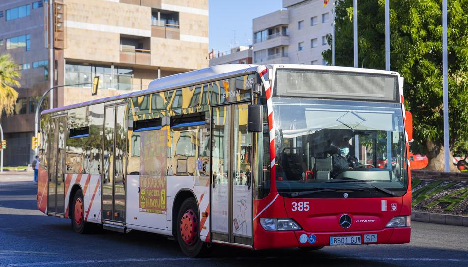 Imatge d'un dels busos de la flota de l'EMT circulant ahir per la plaça Imperial Tarraco.