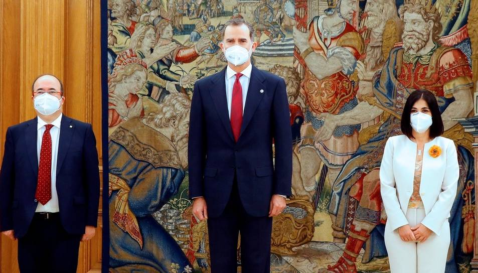 El rei FelipeVI posa al costat dels nous ministres de Sanitat, Carolina Darias, i de Política Territorial i Funció Pública, Miquel Iceta.
