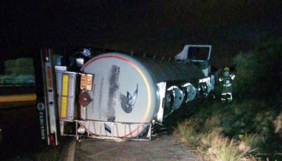 El camió bolcat al polígon de Constantí.
