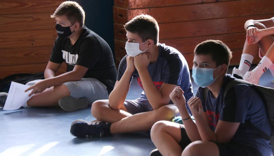 Diversos alumnes amb mascareta en una classe.