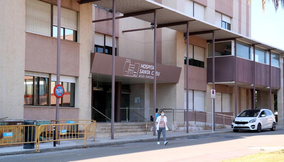 Pla general de l'entrada principal de l'Hospital Santa Creu de Jesús.