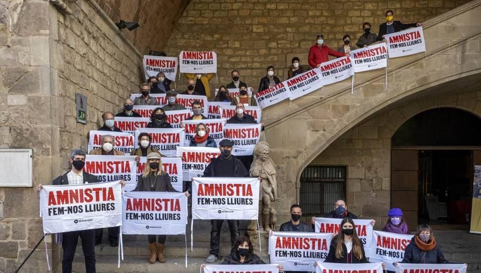 Escriptors editors i llibreters que han demanat l'amnistia per als presos independentistes, exiliats i represaliats a les escales de la Biblioteca Nacional de Catalunya