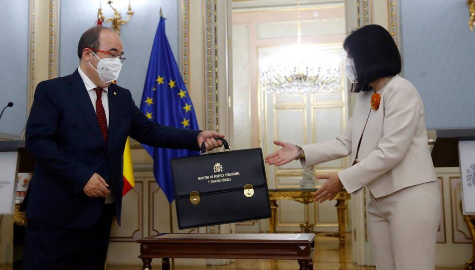 Miquel Iceta, rebent la cartera de la seva predecessora Carolina Darias.