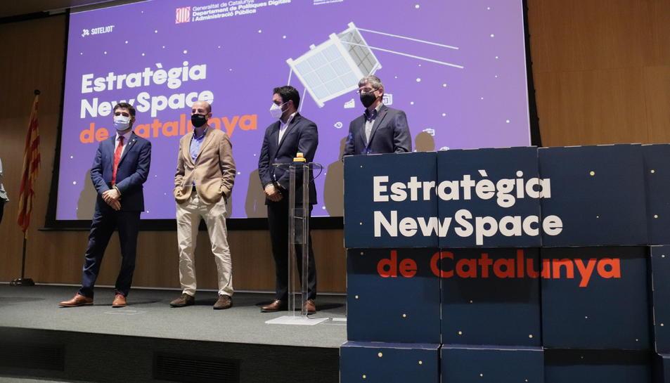 Pla obert de l'acte de signatura dels contractes per llançar els primers nanosatèl·lits del Govern amb el conseller de Polítiques Digitals, Jordi Puigneró
