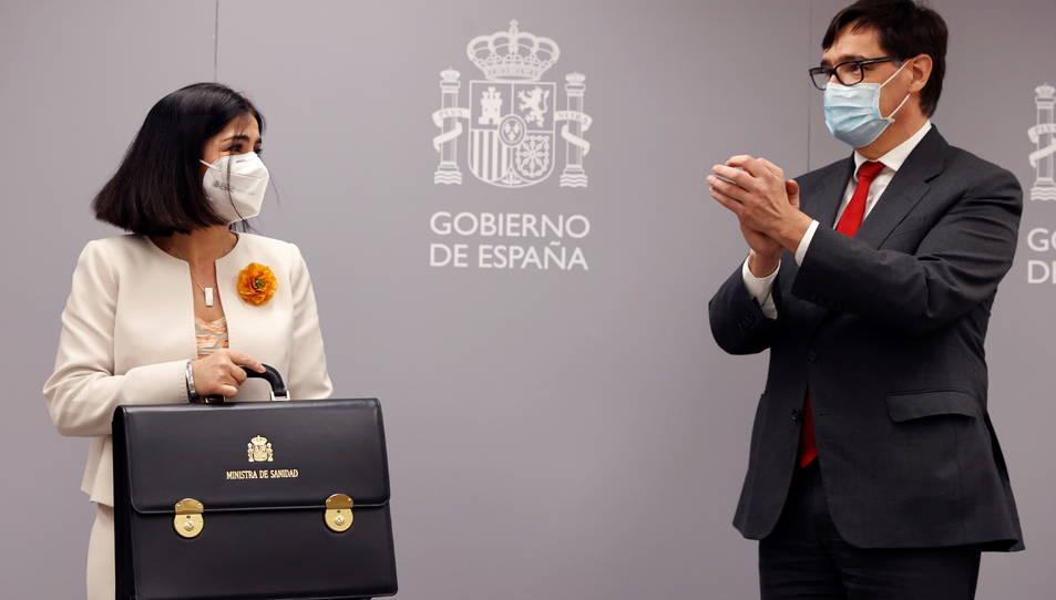 Carolina Darias agafant la cartera de ministra de Sanitat acompanyada de Salvador Illa.