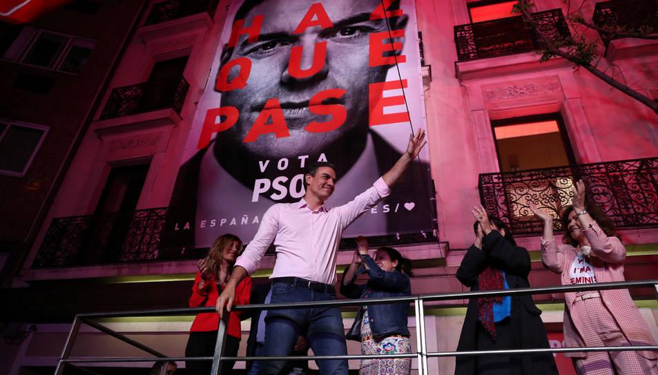 Pedro Sánchez saludant a militants i simpatitzants davant la seu de Ferraz la nit electoral.