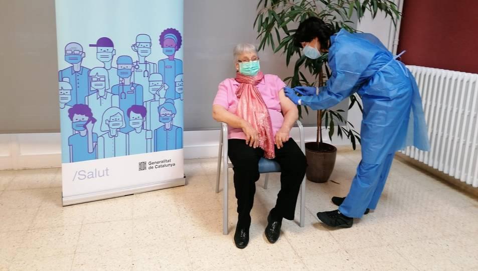Antònia Sedó, una usuària de la residència Natzaret de Móra d'Ebre, rebent la segona dosi de la vacuna contra la covid-19.