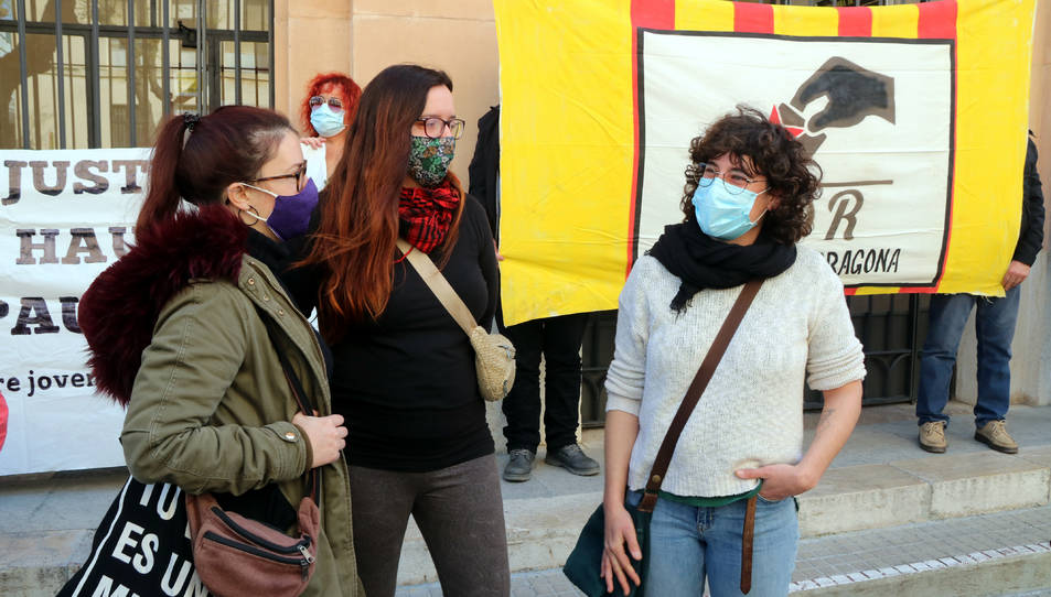 Sara Estalella (dreta), encausada per la vaga general del 21-F de 2019 a Tarragona, davant els jutjats.