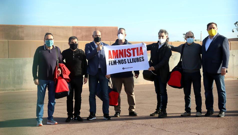 Els presos despleguen una pancarta a favor de l'amnistia just després de sortir de la presó amb el tercer grau.