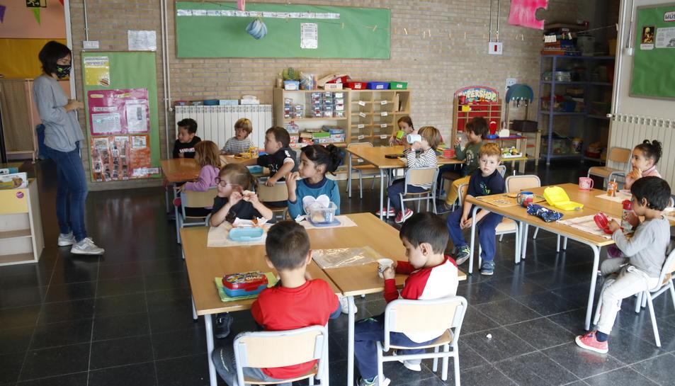 Els nens de P4 asseguts a classe, a l'escola Cor de Roure de Santa Coloma de Queralt.