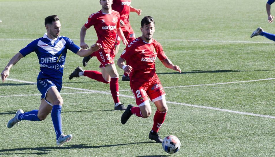 Joan Oriol amb l'esfèric durant el partit davant el Badalona.
