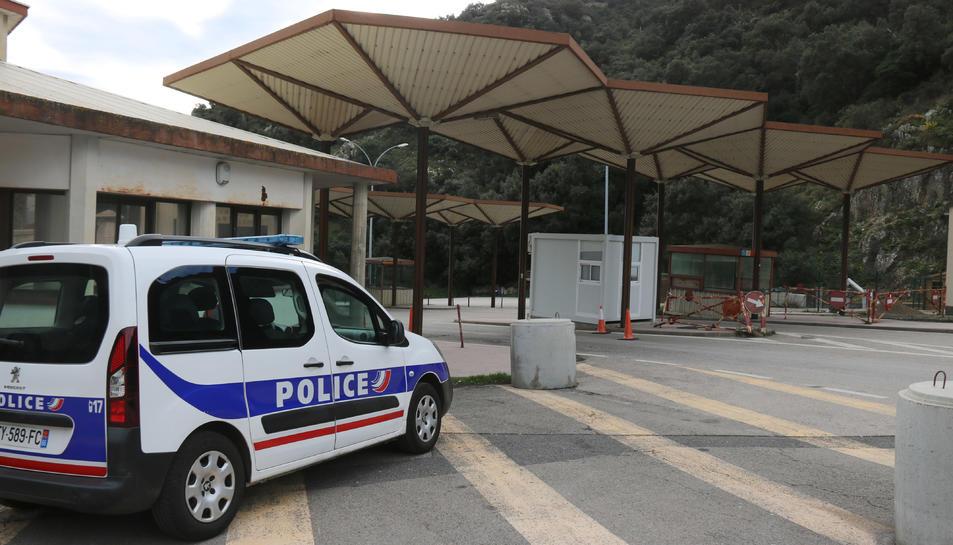 Un cotxe de la policia francesa i la frontera al costat
