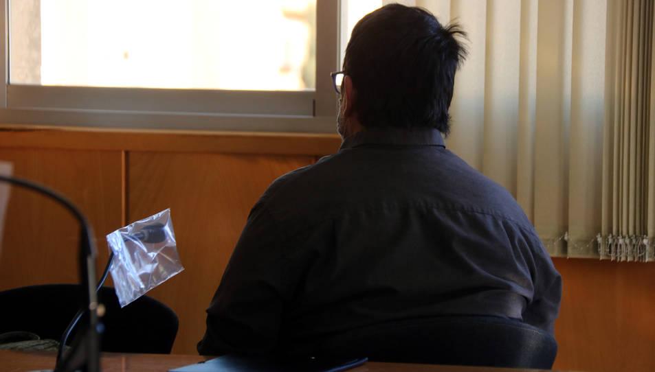L'educador d'un centre de menors del Berguedà acusat d'abusar d'una menor assegut d'esquenes a l'Audiència de Tarragona.