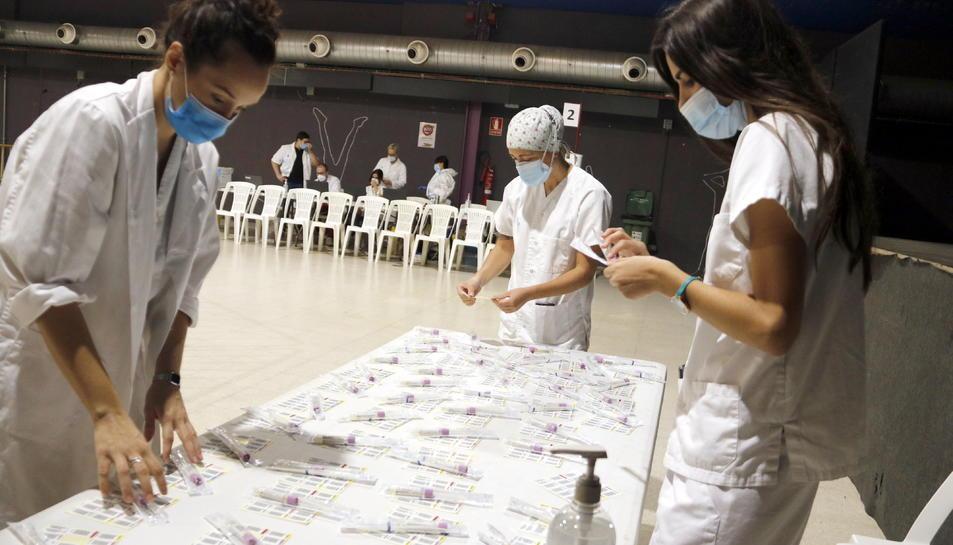 Professionals sanitaris durant el cribratge de coronavirus a l'Espai Mercat de Tàrrega el setembre de 2020.