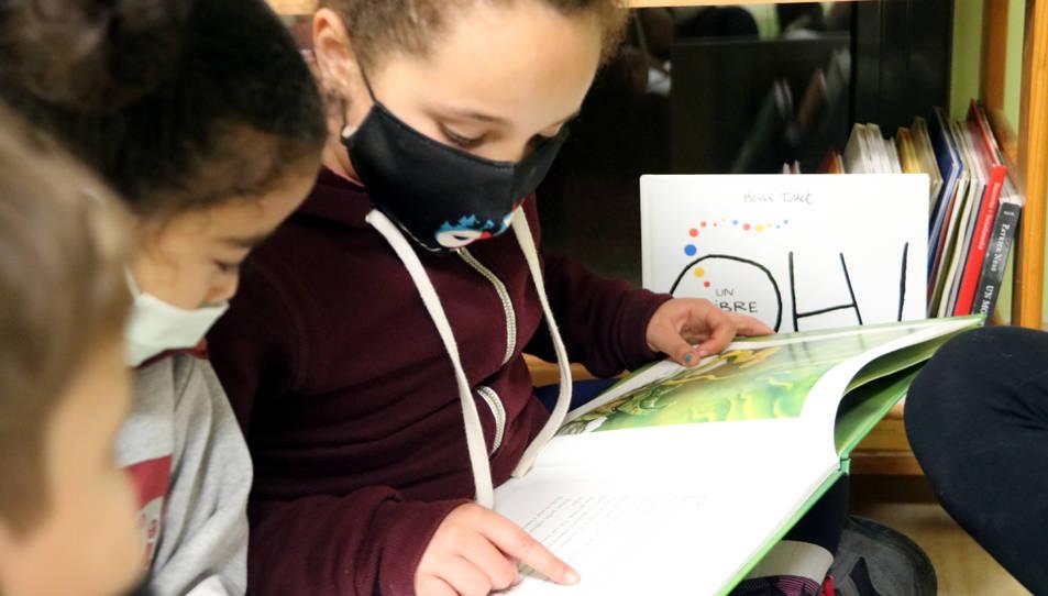 Una de les alumnes llegint un llibre.
