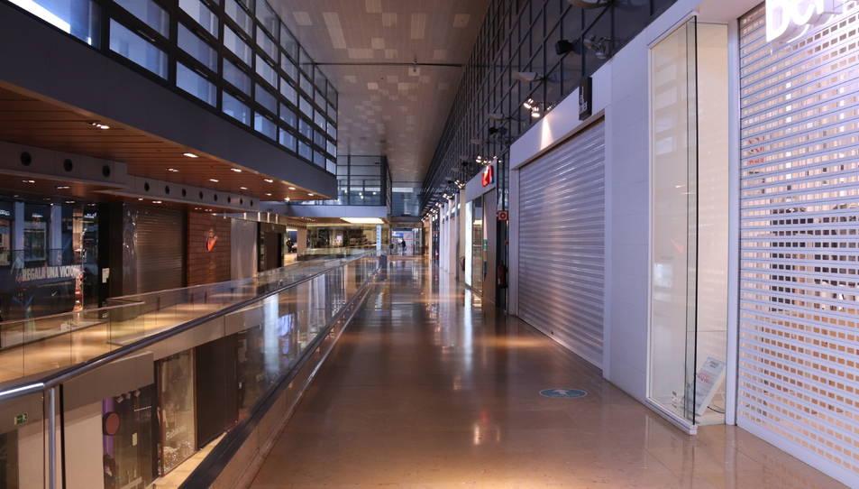 Les botigues tancades del centre comercial L'Illa Diagonal en el primer dia de restriccions per combatre la covid-19.