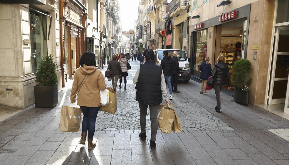Vianants amb bosses pel carrer Monterols.
