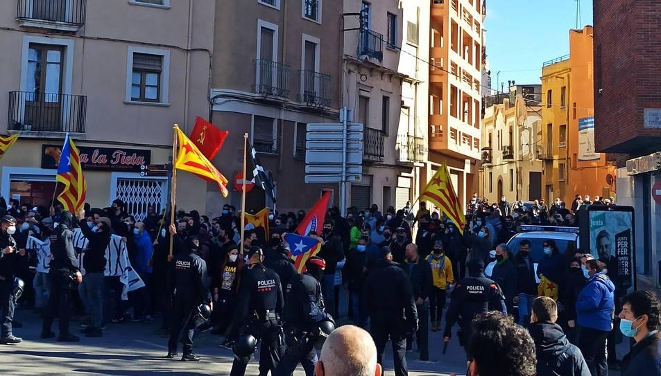 Els manifestants reunint-se a Valls per protestar l'acte de Vox.