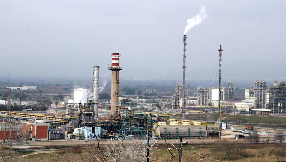 El polígon nord de la petroquímica de Tarragona vist des de Puigdelfí.