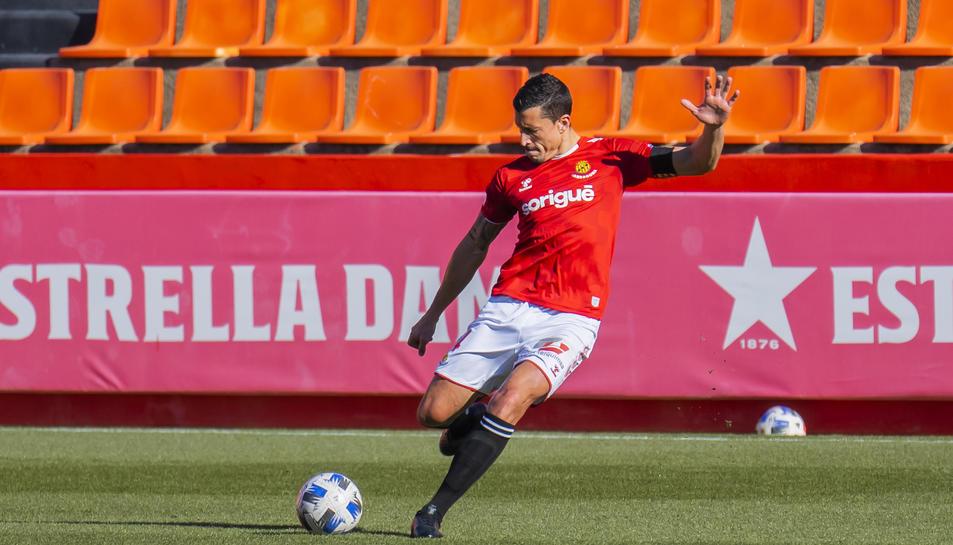 Jesús Rueda, intentant una sortida de pilota durant un partit amb la samarreta del Nàstic.