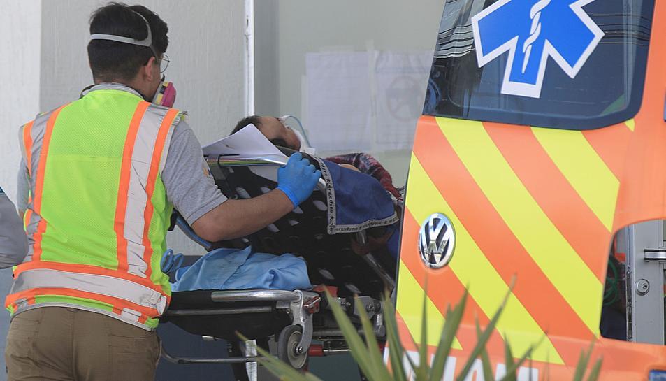 Un sanitari trasllada un pacient de covid-19 a Mèxic.