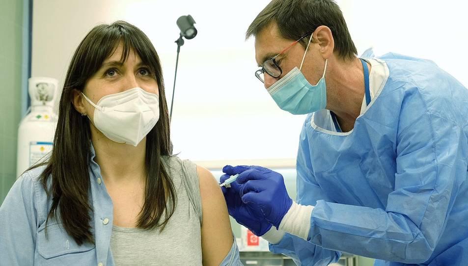 Sanitaris posant la vacuna a una treballadora a Mas Enric.