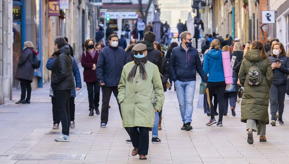 Gent passejant per Tarragona amb mascaretes.