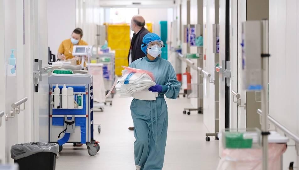 Una professional sanitària camina per un dels passadissos del nou espai polivalent de l'Hospital de Bellvitge