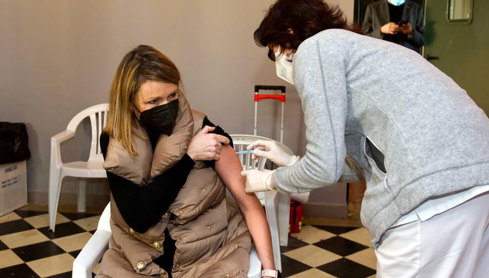 Una professionals farmacèutica rebent una de les primeres vacunes d'AstraZeneca a Roquetes.