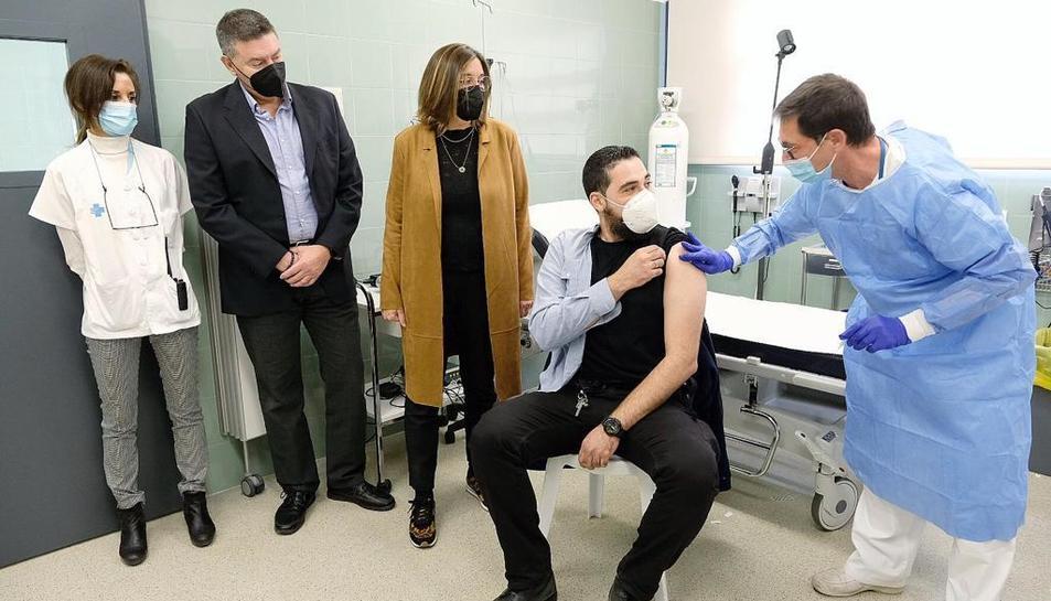 El director del Mas Enric i la Secterària del Departament de Justícia amb sanitaris mentre es posa la vacuna a un treballador a Mas Enric.