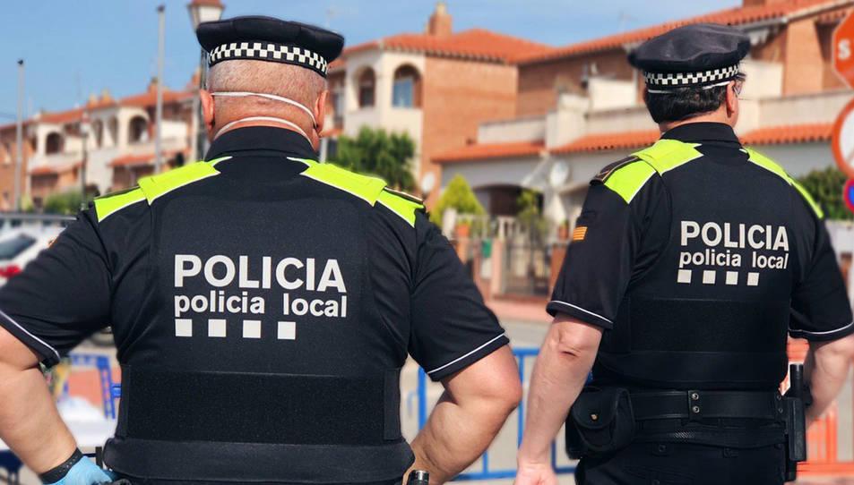 Dos agents de la Policia Local de Roda de Berà.