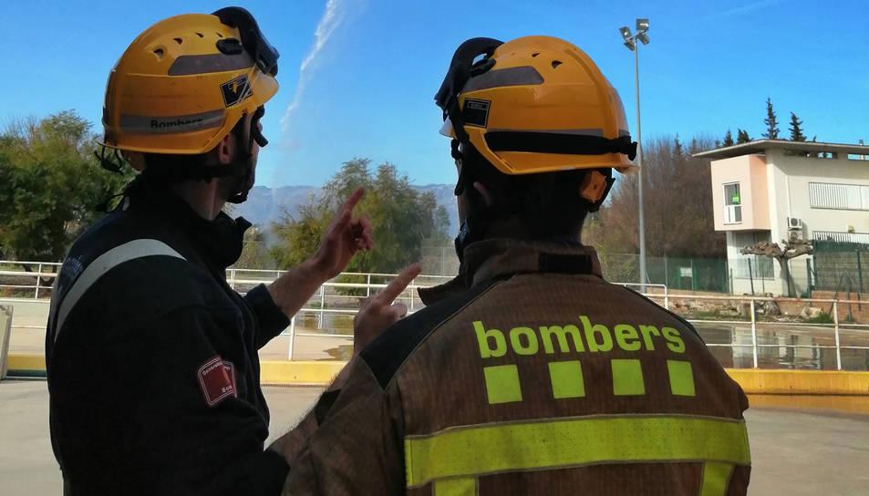 Dos bombers durant  un incendi.