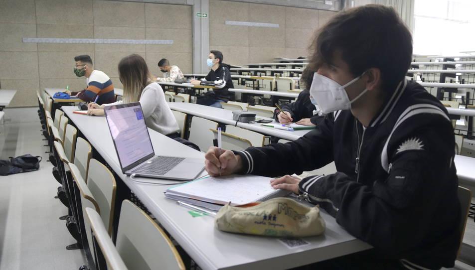 Alumnes de primer curs de grau de la facultat d'Economia de la URV, en el primer dia de classes presencials del segon quadrimestre.