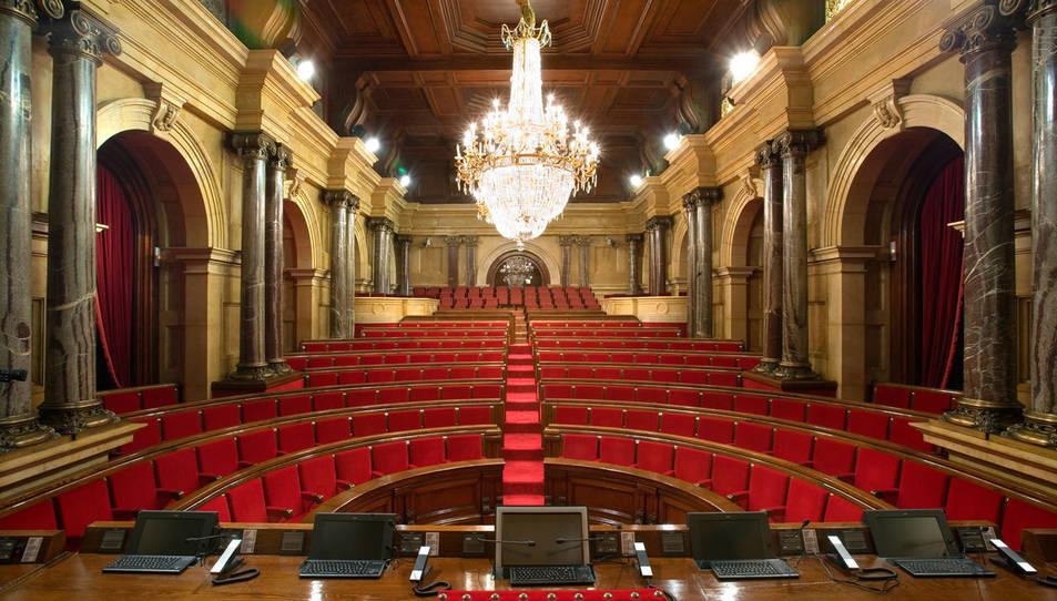 Imatge de l'hemicicle del Parlament buit.